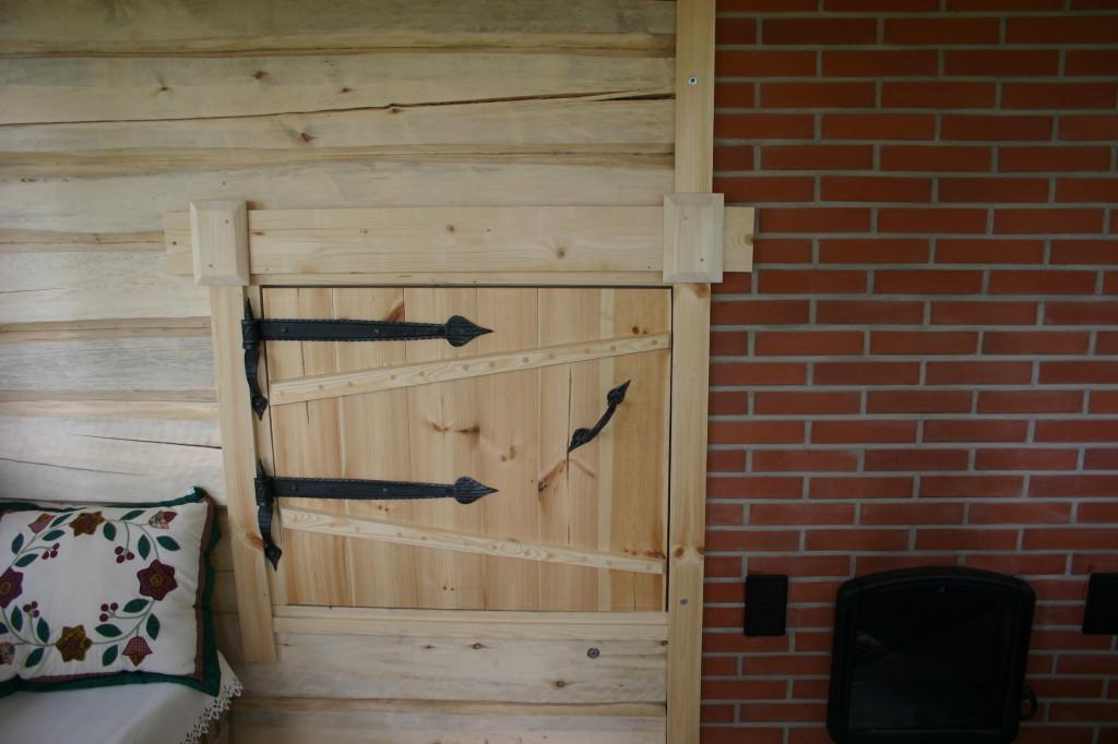 Savusaunan ovi vanhaa tyyliä mukaillen